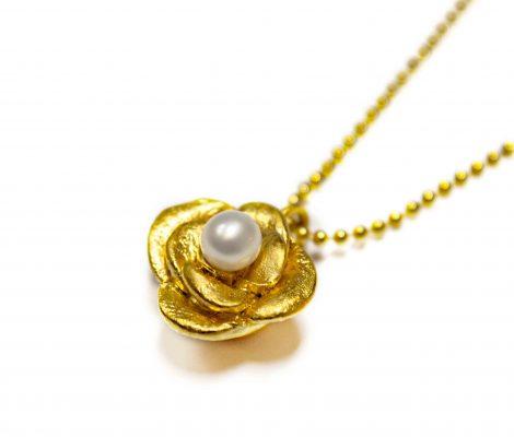Vergoldete Rose mit Perle als Anhänger